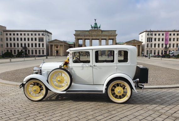 brautlimousine vor dem brandenburger tor berlin