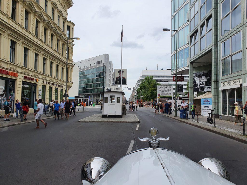 brautlimousine auf stadtrundfahrt am checkpoint charlie in berlin mitte