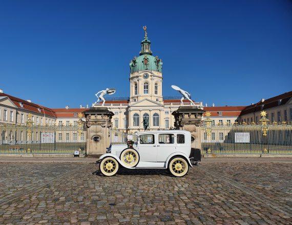 brautlimousine vor dem schloss charlottenburg berlin