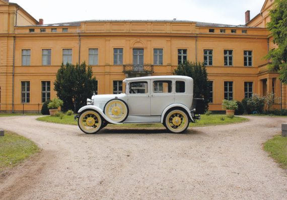 brautlimousine vor dem schloss ziethen ford model a oldtimer town sedan